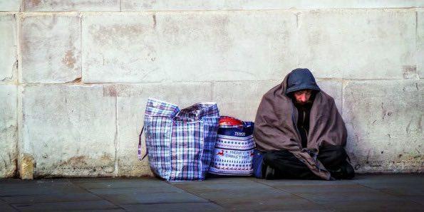 бездомного человека.