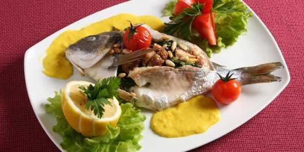 ем рыбу