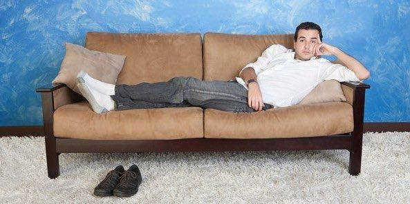 лежит на диване