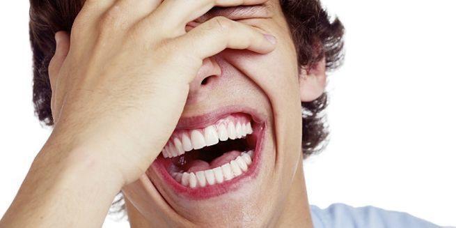 смеяться от души