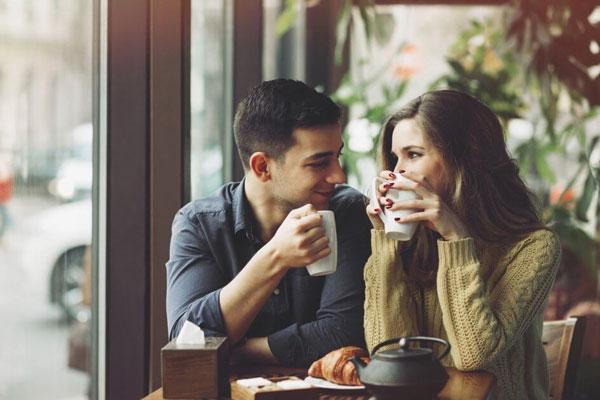 flirt-s-parnem-v-kafe