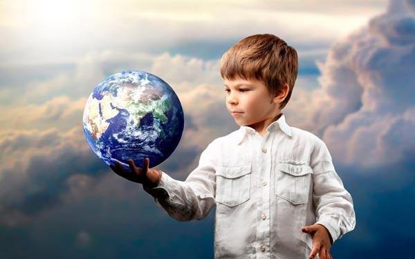 rebenok-s-globusom