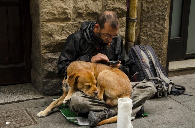 bezdomnyj-chelovek-na-ulice