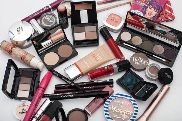mnogo-kosmetiki-u-devushki