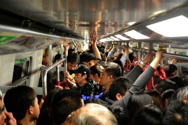 mnogo-ljudej-v-metro