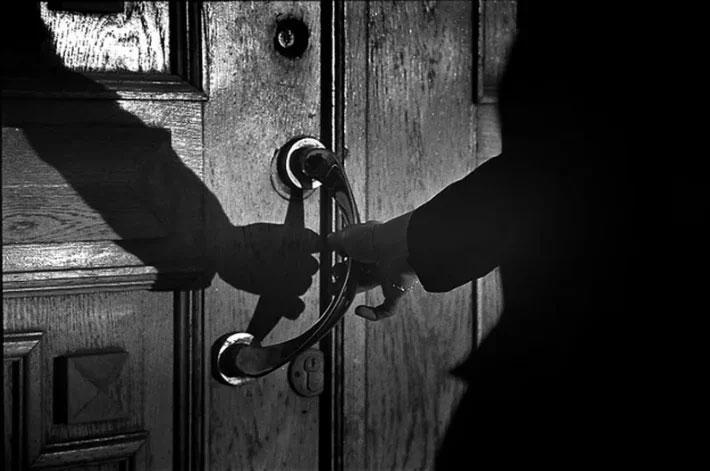 zvonok-v-dver-nochzvonok-v-dver-nochjuju