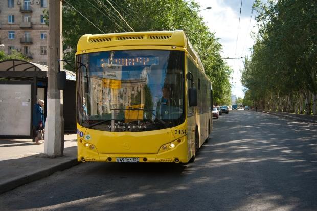avtobus-na-ostanovke