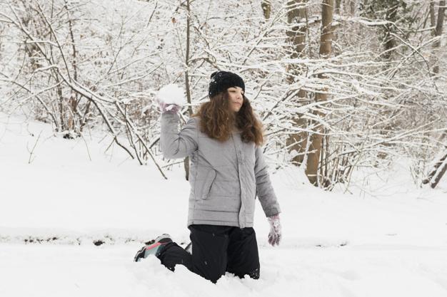devushka-brosaet-sneg