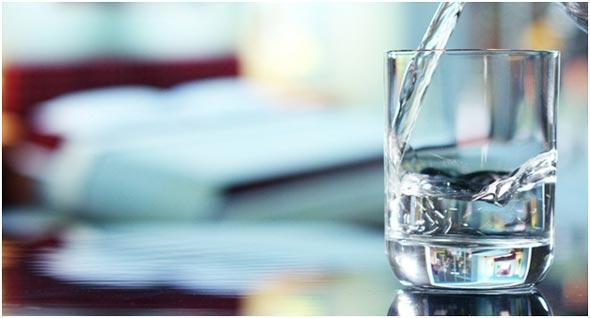 distillirovannaja-voda-v-stakane