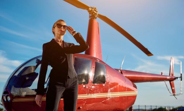 Девушка возле вертолета